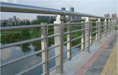 鑫广意河道栏杆是河流湖泊池塘周围提供保护的设施切实防止坠河溺水意外事件