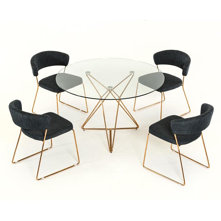 不銹鋼家具受到越來越多的店家和家庭的青睞人們會選擇使用結實奢華壽命長的餐桌餐椅