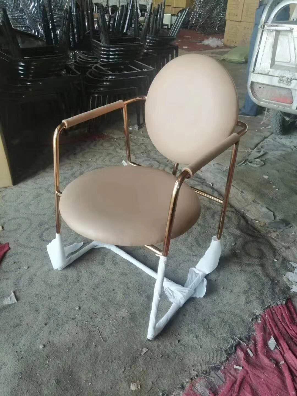不锈钢沙发座椅的摆放以墙体为焦点形成一个弧形的空间适合使用和活动