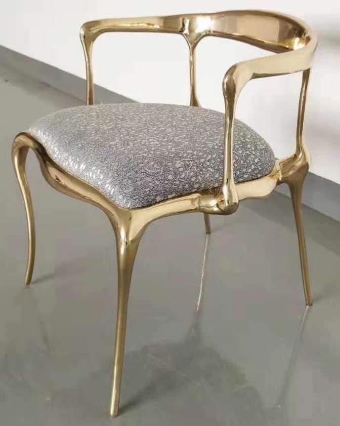 不銹鋼扶手椅以精妙的角度結合大膽的線條是鑫廣意杰出手工技藝展現