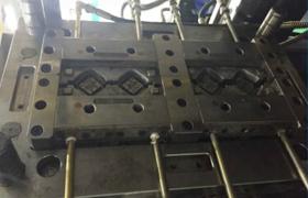 全自动6轴机器人智能一体机: 配合两台卧式注塑机无人化生产 (各种五金植入模内注塑生产专用机)