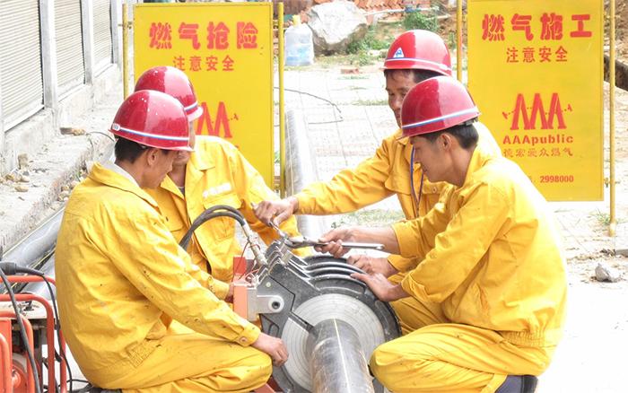 上海市静安区新闸路一燃气管道被挖断引发大火